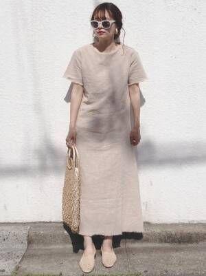 ベージュワンピを着る女性