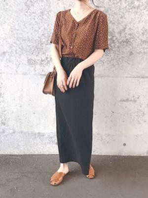 ブラウンシャツを着る女性
