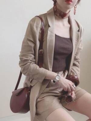 ブラウンタンクにベージュのセットアップを着る女性