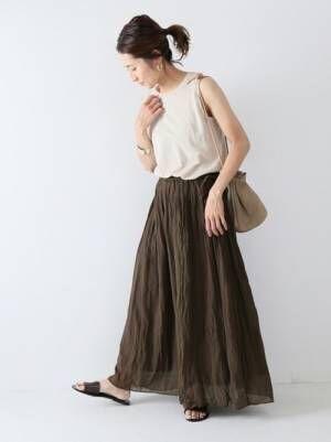 ブラウンスカートを履く女性