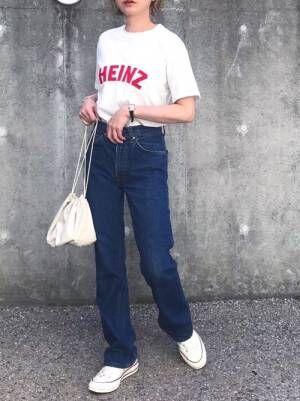 赤のロゴ入りTシャツを着る女性