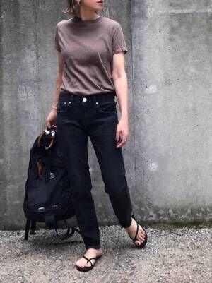 ブラウンTシャツを着る女性