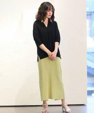 黒シャツとピスタチオカラースカートのコーデ