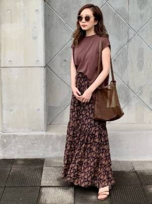 Tシャツと花柄スカートのオールブラウンコーデ