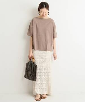 ベージュTシャツとアイボリーニットスカートのコーデ