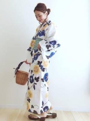 紺と黄色の朝顔模様の浴衣を着た女性