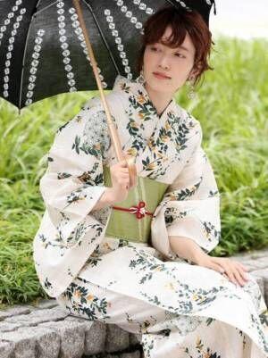 浴衣を着て和日傘を持っている女性