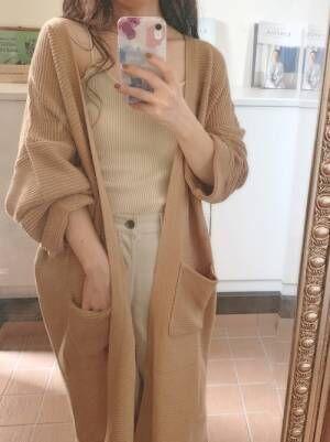 イエローのカーデを着る女性