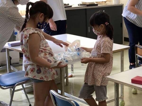 バイオポリ上越が十日町市立飛渡第一小学校で出前授業を行い、バイオマスプラスチックごみ袋100枚を寄付